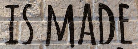 Όμορφος άσπρος τουβλότοιχος στο εστιατόριο Έχετε τις επιστολές και τις λέξεις στοκ εικόνες