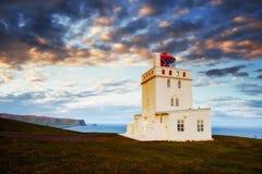 Όμορφος άσπρος φάρος στο ακρωτήριο Dyrholaey, νότια Ισλανδία Στοκ φωτογραφία με δικαίωμα ελεύθερης χρήσης
