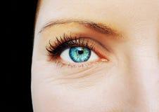 Όμορφος ένας οξυδερκής φαίνεται μάτι γυναικών ` s Κλείστε αυξημένος στοκ φωτογραφία