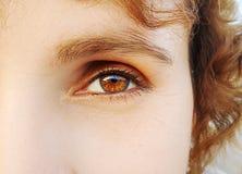 Όμορφος ένας οξυδερκής φαίνεται μάτι γυναικών ` s Κλείστε αυξημένος στοκ εικόνα