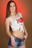 Όμορφος έφηβος κοριτσιών στα σορτς και το πουκάμισο τζιν Στοκ Φωτογραφία