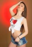 Όμορφος έφηβος κοριτσιών στα σορτς και το πουκάμισο τζιν Στοκ φωτογραφία με δικαίωμα ελεύθερης χρήσης