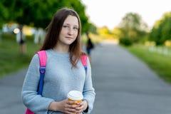όμορφος έφηβος κοριτσιών br Καλοκαίρι στη φύση Στα χέρια του κρατά ένα γυαλί με το καυτό τσάι ή τον καφέ Κινηματογράφηση σε πρώτο Στοκ Εικόνες