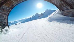 Όμορφος ήλιος από τη σήραγγα του χιονοδρομικού κέντρου Solden Αυστρία Στοκ Εικόνες