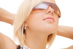 όμορφος ήλιος γυαλιών κοριτσιών στοκ εικόνες