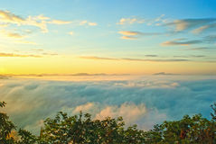 Όμορφος ήλιος αύξησης στα ξημερώματα πέρα από τη θάλασσα της ομίχλης στο λόφο Phu Tok Στοκ Φωτογραφίες