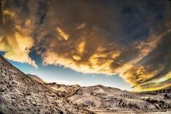 Όμορφος ήλιος ρύθμισης τοπίων στα καυκάσια βουνά με τα χαμηλά σύννεφα Στοκ Φωτογραφία