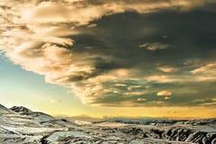 Όμορφος ήλιος ρύθμισης τοπίων στα καυκάσια βουνά με τα χαμηλά σύννεφα Στοκ φωτογραφία με δικαίωμα ελεύθερης χρήσης