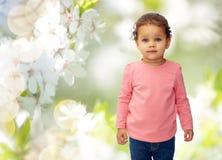 Όμορφος λίγο κοριτσάκι πέρα από τα άνθη κερασιών στοκ φωτογραφία με δικαίωμα ελεύθερης χρήσης