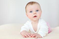 Όμορφος λίγο μωρό στο κάλυμμα στοκ εικόνα