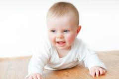 Όμορφος λίγο μωρό στο ξύλινο πάτωμα στοκ εικόνα
