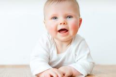 Όμορφος λίγο μωρό στο ξύλινο πάτωμα στοκ φωτογραφία με δικαίωμα ελεύθερης χρήσης