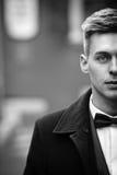 Όμορφος αθώος ξανθός νεόνυμφος με τα μπλε μάτια σε ένα πρόσωπο γ οδών στοκ εικόνες με δικαίωμα ελεύθερης χρήσης
