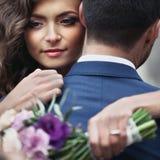 Όμορφος αισθησιακός η νύφη που αγκαλιάζει το όμορφο πρόσωπο νεόνυμφων στοκ φωτογραφίες