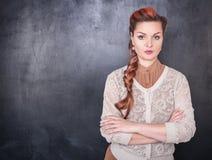 Όμορφος ακριβής δάσκαλος στο υπόβαθρο πινάκων Στοκ εικόνες με δικαίωμα ελεύθερης χρήσης