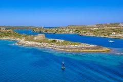 Όμορφος ανήλικος Balearis ακτών με το κυανό χρώμα της θάλασσας και του μπλε ουρανού, εξυπηρετώντας χερσόνησος με τα παλαιά κτήρια Στοκ φωτογραφίες με δικαίωμα ελεύθερης χρήσης