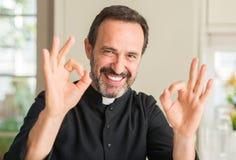 Όμορφος ανώτερος ιερέας στο σπίτι στοκ εικόνες