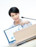 Όμορφος ανώτερος υπάλληλος γυναικών στην εξέδρα Στοκ φωτογραφίες με δικαίωμα ελεύθερης χρήσης
