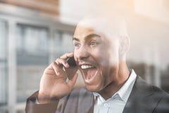 Όμορφος αξιοσέβαστος τύπος που κραυγάζει στο κινητό τηλέφωνο Στοκ Φωτογραφίες