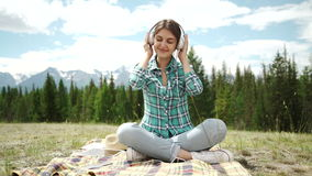 όμορφος απολαύστε τις νεολαίες γυναικών μουσικής ακουστικών υπαίθρια απόλαυση της μουσικής απόθεμα βίντεο