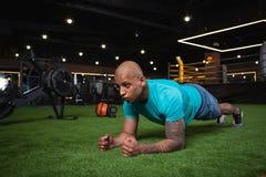 Όμορφος αρσενικός αφρικανικός αθλητής που επιλύει στη γυμναστική στοκ φωτογραφία με δικαίωμα ελεύθερης χρήσης