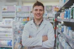 Όμορφος αρσενικός φαρμακοποιός που εργάζεται στο φαρμακείο του στοκ φωτογραφία με δικαίωμα ελεύθερης χρήσης