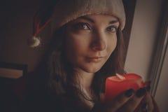 Όμορφος αρωγός Santa ` s με το κερί Στοκ Εικόνες
