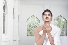 Όμορφος ασιατικός προσκυνητής που προσεύχεται στο Θεό Στοκ φωτογραφία με δικαίωμα ελεύθερης χρήσης