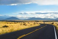 Όμορφος ατελείωτος κυματιστός δρόμος στην έρημο της Αριζόνα Στοκ Φωτογραφίες