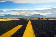 Όμορφος ατελείωτος κυματιστός δρόμος στην έρημο της Αριζόνα Στοκ φωτογραφία με δικαίωμα ελεύθερης χρήσης