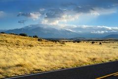 Όμορφος ατελείωτος κυματιστός δρόμος στην έρημο της Αριζόνα Στοκ Εικόνες