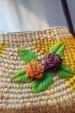 Όμορφος αυξήθηκε σχέδιο λουλουδιών επάνω στην ύφανση τσαντών, που έγινε από Στοκ εικόνες με δικαίωμα ελεύθερης χρήσης
