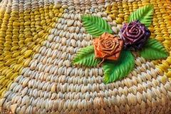 Όμορφος αυξήθηκε σχέδιο λουλουδιών επάνω στην ύφανση τσαντών, που έγινε από Στοκ φωτογραφία με δικαίωμα ελεύθερης χρήσης