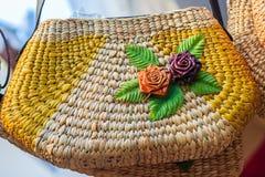 Όμορφος αυξήθηκε σχέδιο λουλουδιών επάνω στην ύφανση τσαντών, που έγινε από Στοκ φωτογραφίες με δικαίωμα ελεύθερης χρήσης