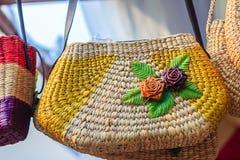 Όμορφος αυξήθηκε σχέδιο λουλουδιών επάνω στην ύφανση τσαντών, που έγινε από Στοκ Φωτογραφίες
