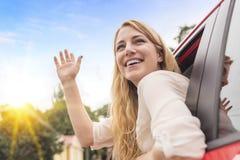 Όμορφος αυτόματος ταξιδιώτης γυναικών στην εθνική οδό Στοκ Εικόνες