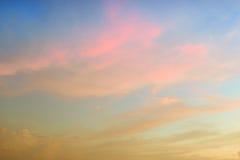 Όμορφος αφηρημένος ουρανός με τα ρόδινα και κίτρινα σύννεφα Στοκ φωτογραφίες με δικαίωμα ελεύθερης χρήσης