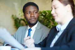 Όμορφος αφρικανικός επιχειρηματίας στη συνεδρίαση με το συνάδελφο Στοκ φωτογραφίες με δικαίωμα ελεύθερης χρήσης