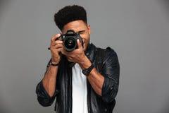 Όμορφος αφρικανικός τύπος με το μοντέρνο κούρεμα που παίρνει τη φωτογραφία στο digita Στοκ εικόνες με δικαίωμα ελεύθερης χρήσης