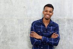 Όμορφος αφρικανικός τύπος που χαμογελά με τα όπλα που διασχίζονται Στοκ φωτογραφία με δικαίωμα ελεύθερης χρήσης