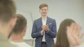 Όμορφος βέβαιος επιχειρηματίας πορτρέτου που παρουσιάζει το νέο πρόγραμμα στους συνεργάτες με το διάγραμμα κτυπήματος Δόσιμο αρχη απόθεμα βίντεο