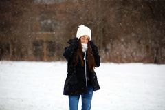 Όμορφος βέβαιος πράσινος έφηβος ματιών που περπατά κάτω από το χιόνι χιονίζοντας στοκ εικόνες