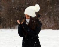Όμορφος βέβαιος πράσινος έφηβος ματιών που περπατά κάτω από το χιόνι χιονίζοντας στοκ φωτογραφία με δικαίωμα ελεύθερης χρήσης