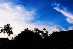 Όμορφος βαθύς μπλε ουρανός με τα σπίτια και τη σκιαγραφία δέντρων Στοκ φωτογραφία με δικαίωμα ελεύθερης χρήσης
