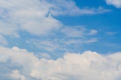 Όμορφος βαθύς μπλε ουρανός με τα άσπρα σύννεφα ημέρα ηλιόλουστη στοκ εικόνα με δικαίωμα ελεύθερης χρήσης