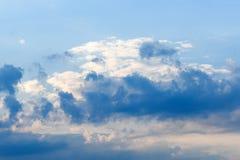 Όμορφος βαθύς μπλε ουρανός με τα άσπρα σύννεφα ημέρα ηλιόλουστη Στοκ Εικόνα