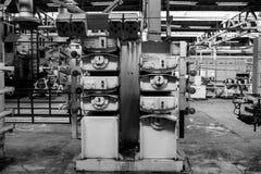 Όμορφος βιομηχανικός ισχυρός εξοπλισμός μετάλλων της γραμμής παραγωγής στην μηχανή-οικοδόμηση του καθαρισμού πετρελαίου, πετροχημ στοκ εικόνες