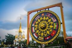 Όμορφος βουδιστικός γίγαντας gong τις νοτιοανατολικές ασιατικές σημαίες που χρωματίζονται με Στοκ Φωτογραφία