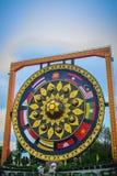 Όμορφος βουδιστικός γίγαντας gong τις νοτιοανατολικές ασιατικές σημαίες που χρωματίζονται με Στοκ Εικόνες