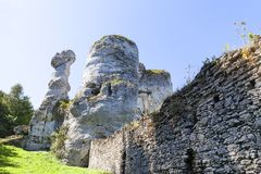 Όμορφος βράχος ασβεστόλιθων στο πολωνικό ιουρασικό υψίπεδο Κρακοβία-Czestochowa ορεινών περιοχών, Πολωνία στοκ εικόνα
